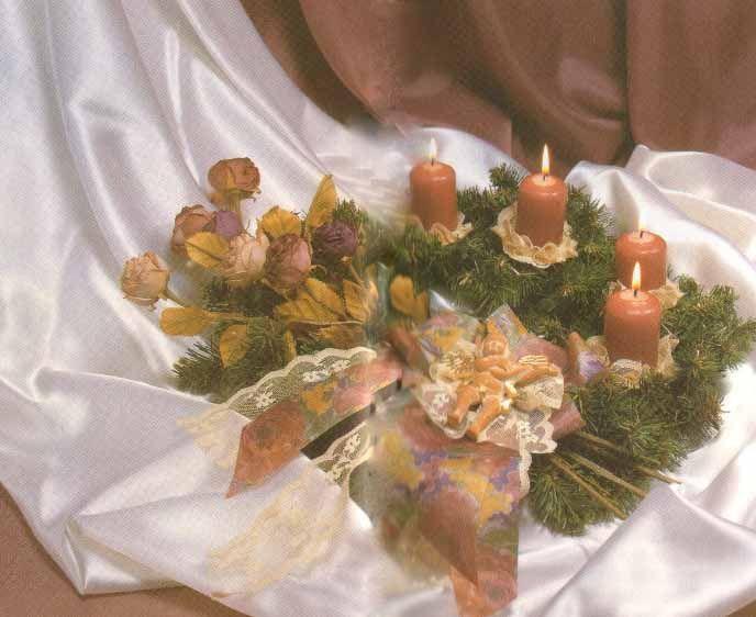 Венок Адвента в цвете лепестков увядшей розы