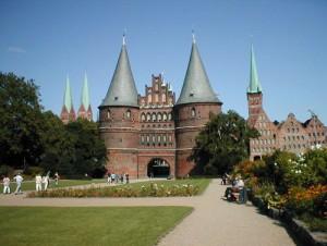 В центре - Гольштейнские ворота, справа - старинные склады для соли, слева - башни церкви Св. Марии